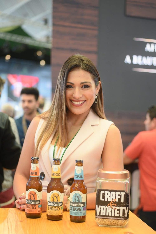 Mujer con cervezas y cidras
