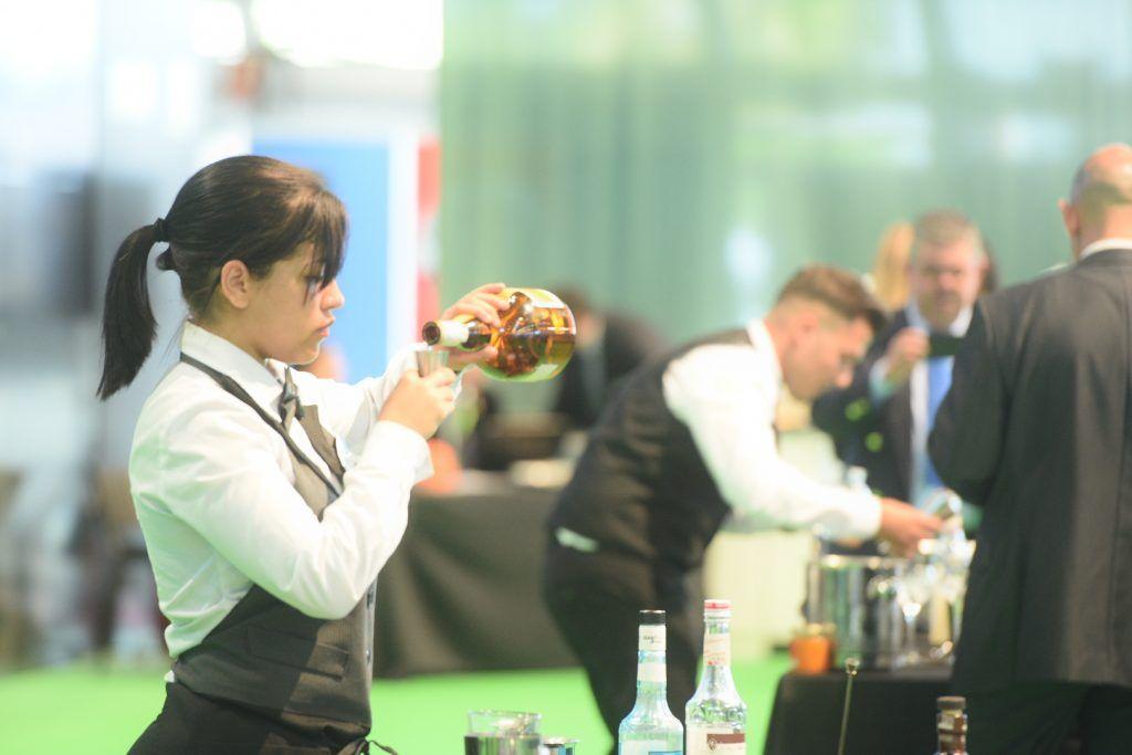Mujer preparando un cocktail