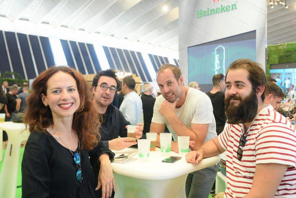Gente en el stand de Heineken