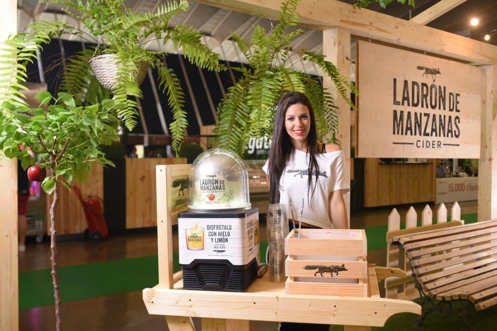 Azafata stand Ladron de Manzanas